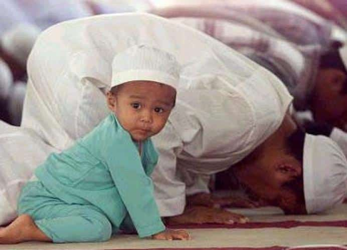 anak kecil shalat di masjid