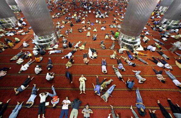 tidur menjulur di dalam masjid