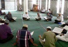 Masih Memakai Sepatu, Bolehkah Membaca Al-Qur'an?