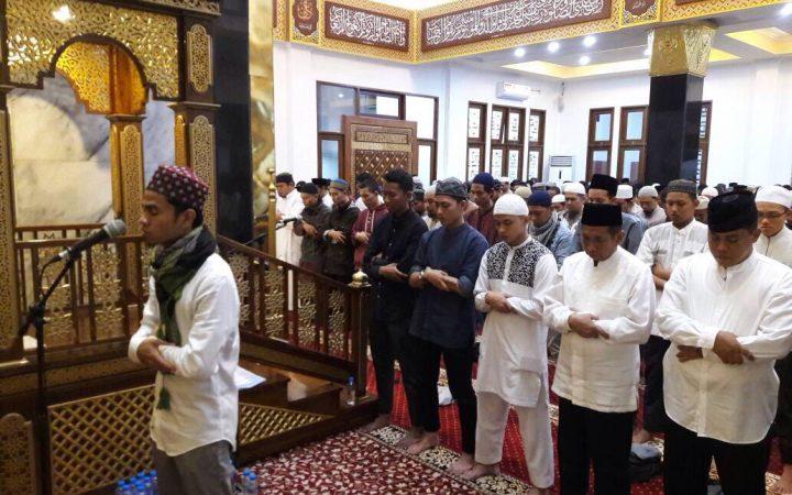 Syarat Sah Menjadi Imam Shalat