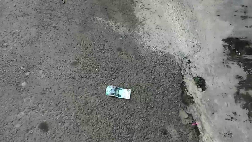 menemukan uang di jalan
