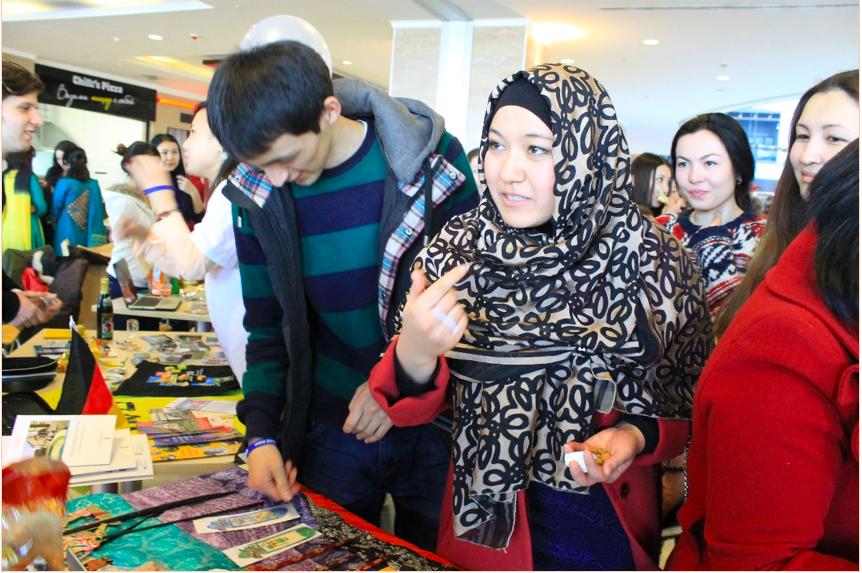 Muslim Kirgiz turunan Uyghur berjilbab rapat