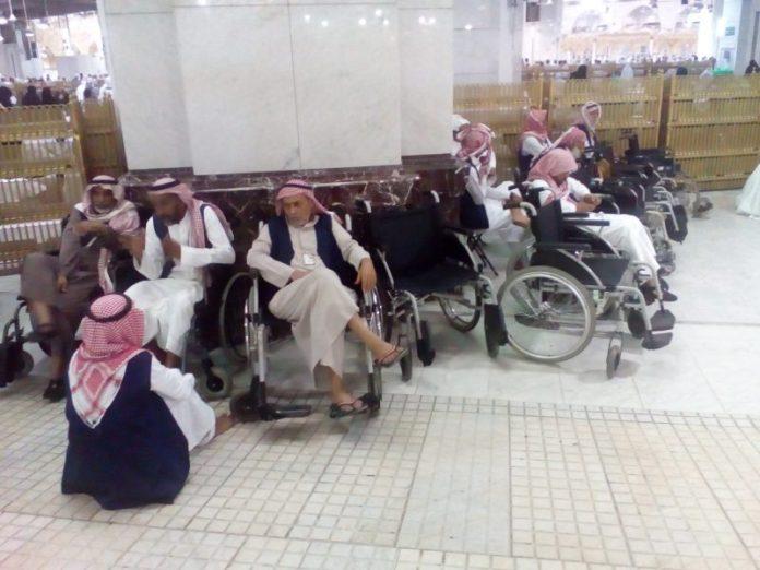 menggunakan kursi roda