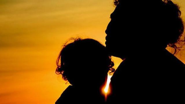 orangtua menolong anaknya