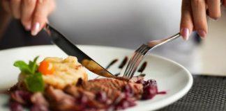 etika saat makan