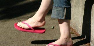memakai sandal