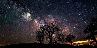 memandang langit di waktu malam