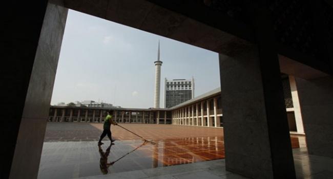 menjaga kebersihan masjid
