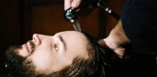 menyemir rambut