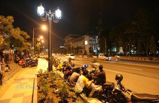 duduk-duduk di pinggir jalan