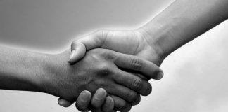 ketika berjabat tangan