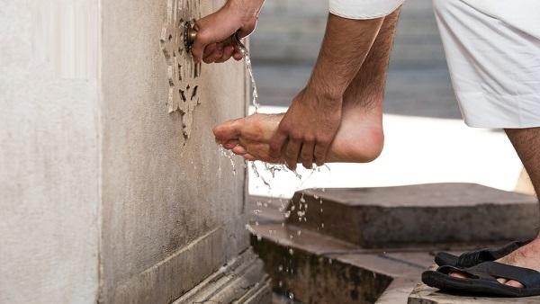 membasuh kaki