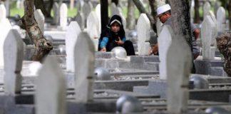 menunggu jenazah dikuburkan