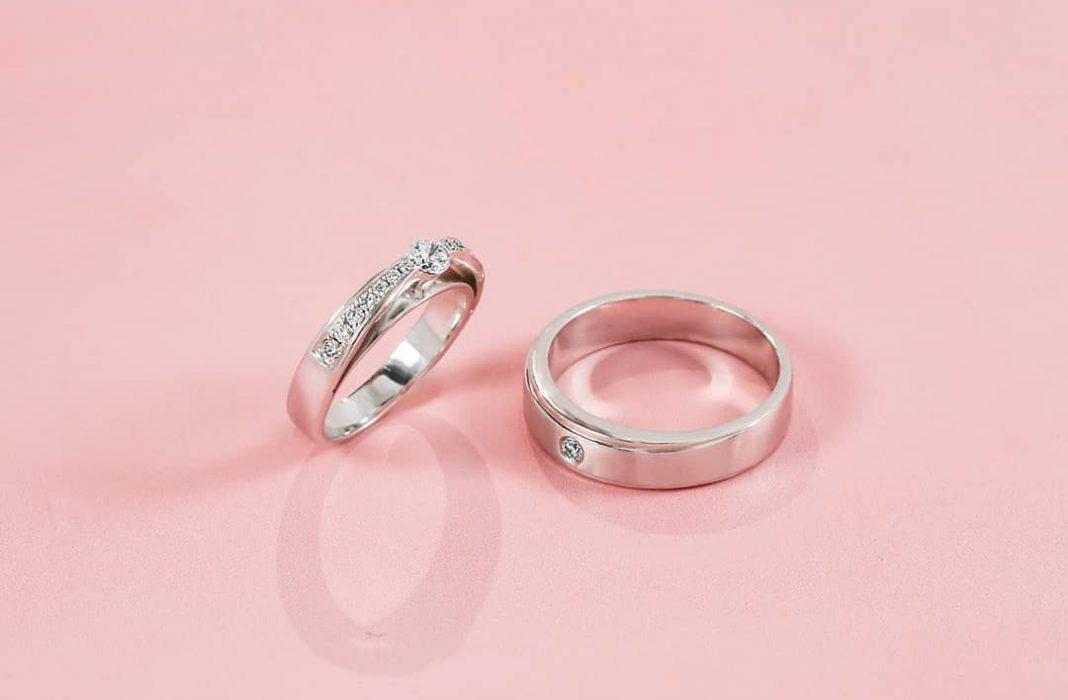 memakai cincin kredit foto V&Co Jewellery