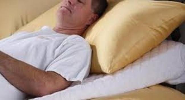 berbaring karena sakit mata