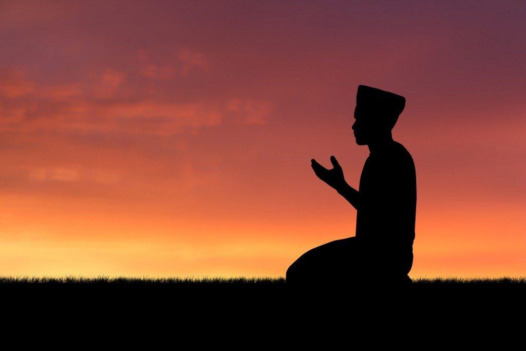 mengangkat tangan saat berdoa setelah adzan