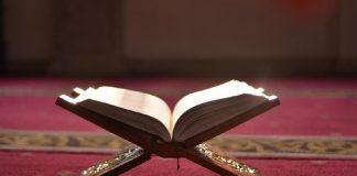 Wanita Keputihan Membaca Al-Quran