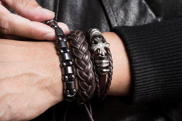 laki-laki memakai gelang