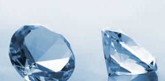 lelaki memakai berlian