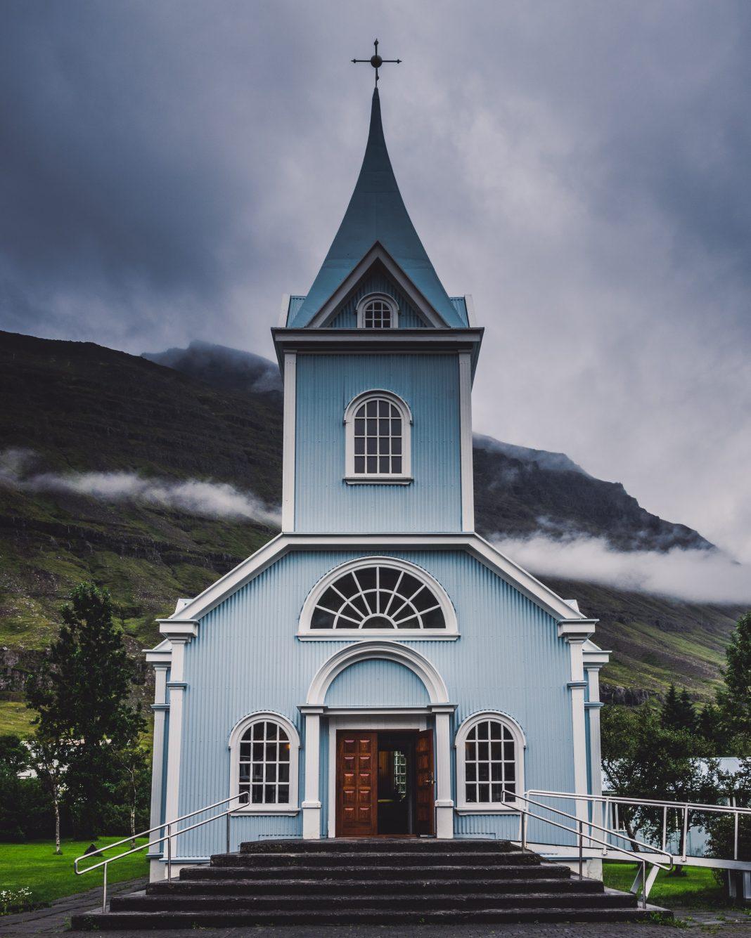 Bagaimana hukum salat di gereja