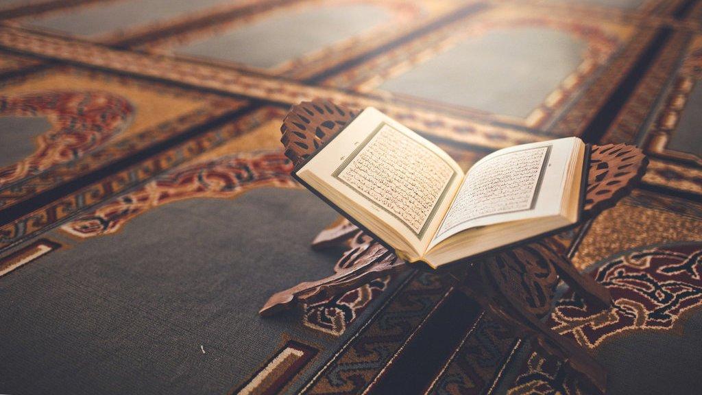 membaca Al-Quran sambil merokok
