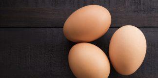 makan telur mentah