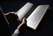 sholat sambil melihat dan membaca mushaf